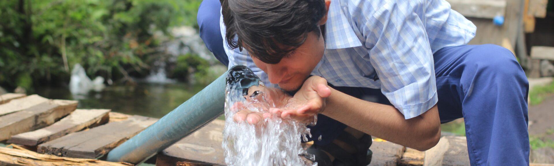Une personne mettant en oeuvre son droit à l'eau