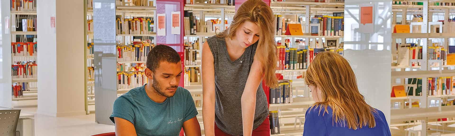 3 étudiants à la bibliothèque du campus St Paul
