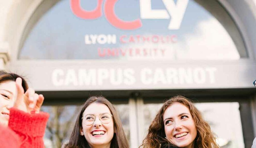Etudiants devant le campus carnot Lyon