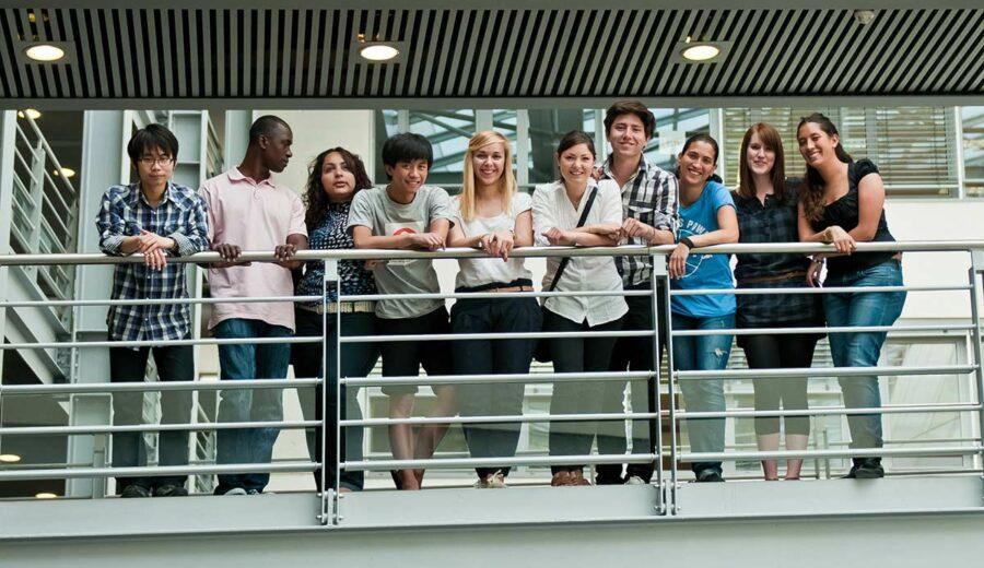 Des étudiants de l'ILCF sur la passerelle du campus Carnot