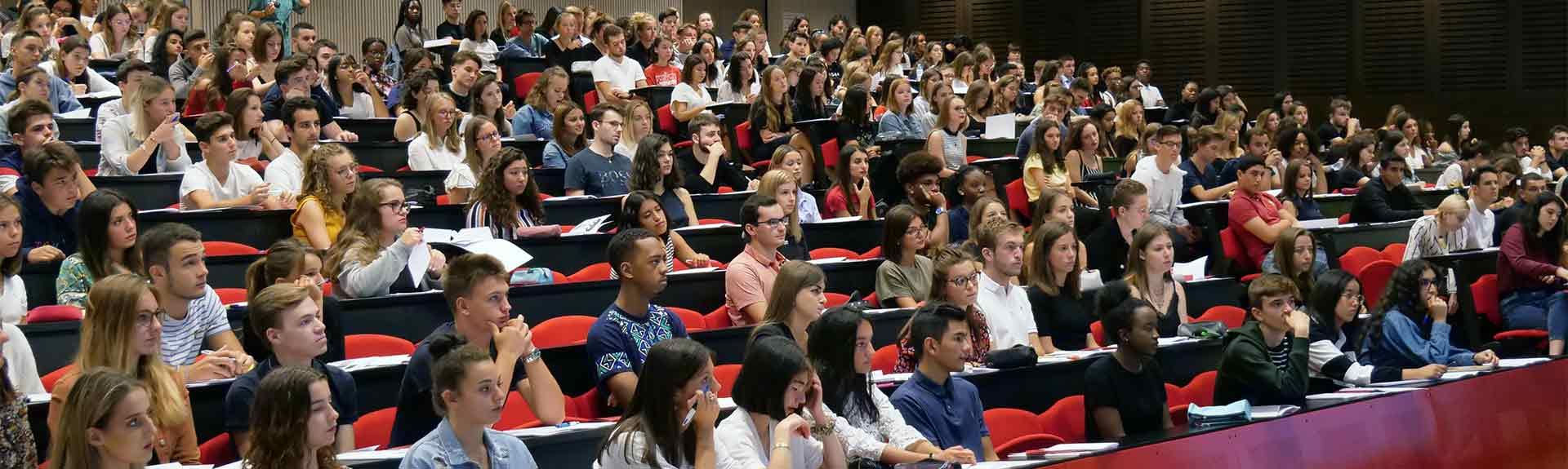 amphi rempli d'étudiants