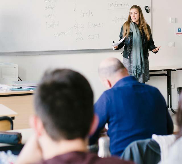 salle de classe avec intervention d'une enseignante