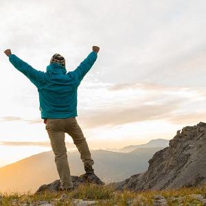 homme en haut d'une montagne