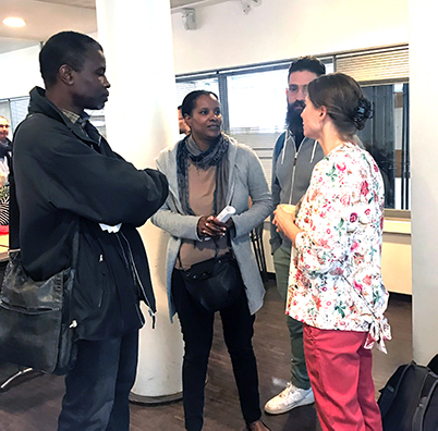 Marie-Laure CHAIEB discute avec des étudiants
