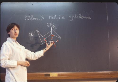 Etudiante au tableau cours de chimie - Histoire UCLy