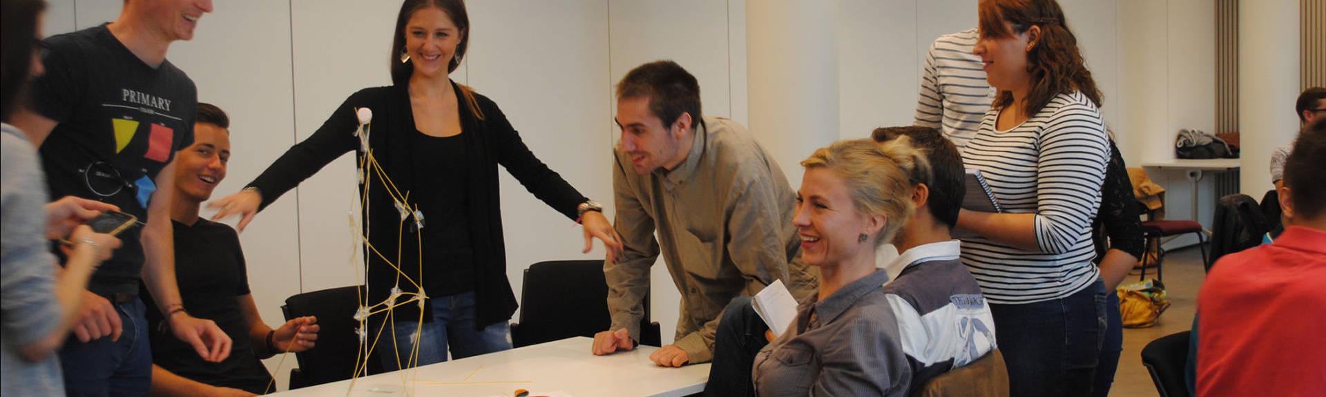 header - groupe d'étudiants souriant devan leur projet