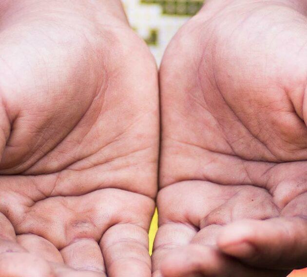 mains-charité