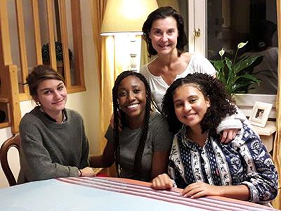 famille d'accueil et 3 étudiantes de l'ucly