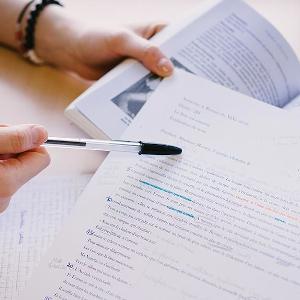 Feuille de papier avec texte langue étrangère - recherche ESTRI