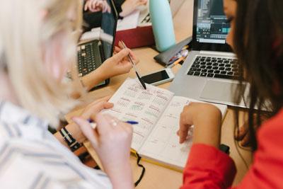 Trois personnes qui travaillent autour d'un ordinateur portable