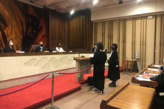 étudiants avocats devant juges